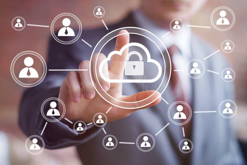 Icône d'homme d'affaires poussant la serrure de nuage de bouton de Web photos libres de droits