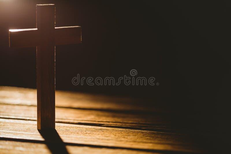 Icône de crucifix sur la table en bois images libres de droits