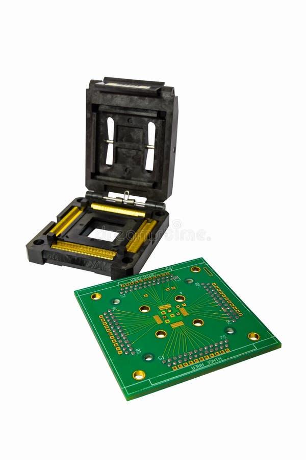IC-Sockel und -brett lokalisiert auf Weiß lizenzfreie stockbilder