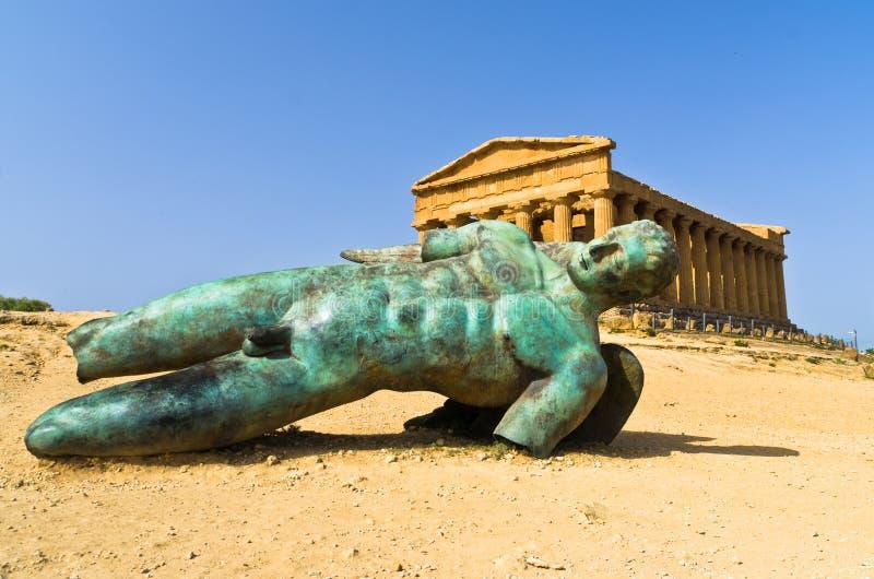 Icarus statua przed świątynią Concordia przy Agrigento doliną świątynia, Sicily zdjęcia stock