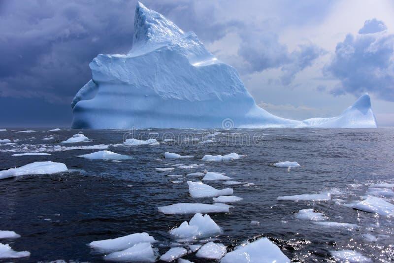Iceberb mit Icechunks stockbild