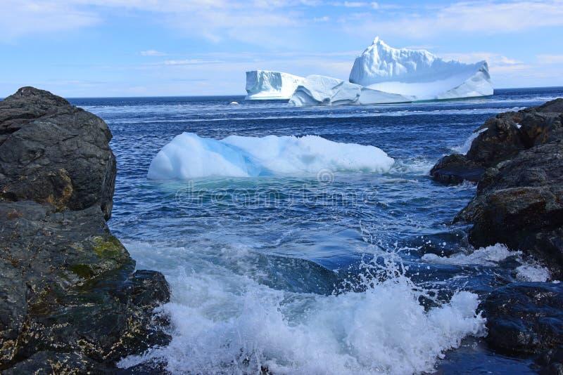 Iceberb mit Prüfspule stockfotografie
