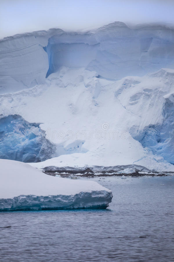 Iceberg antarctique se tenant grand photo stock