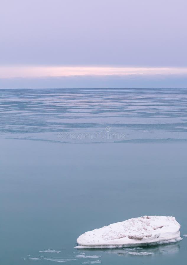 Iceberg au crépuscule image stock