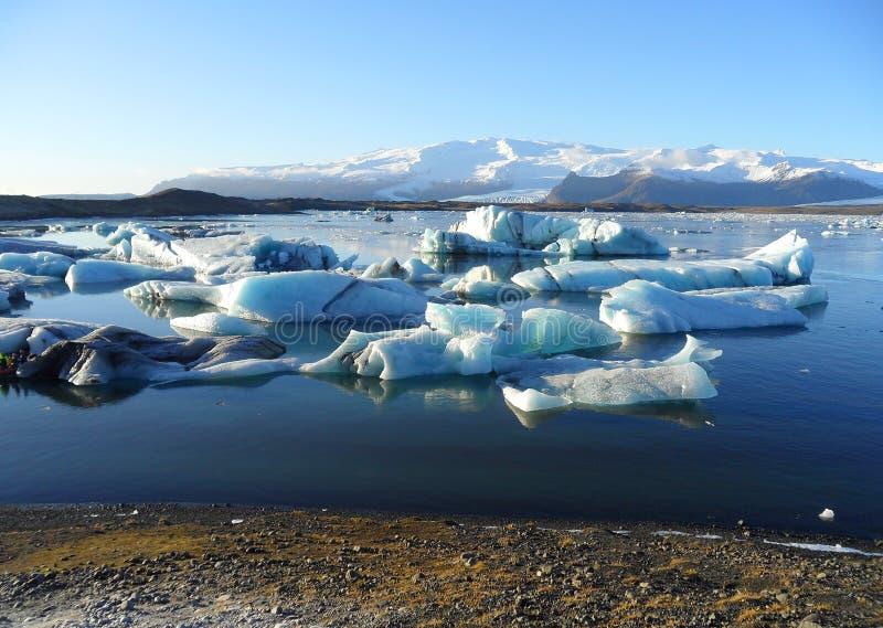 Iceberg azuis que flutuam na lagoa da geleira de Jokulsarlon, inverno adiantado em Islândia sul fotos de stock royalty free