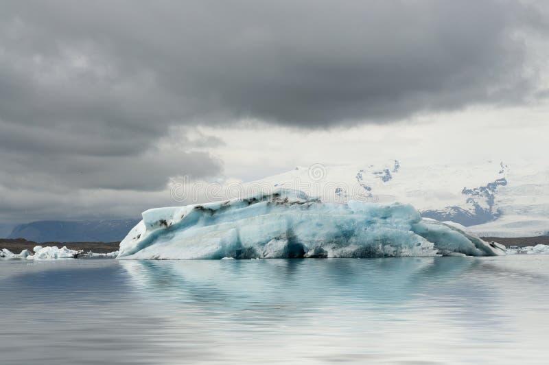 Iceberg azul na lagoa da geleira foto de stock