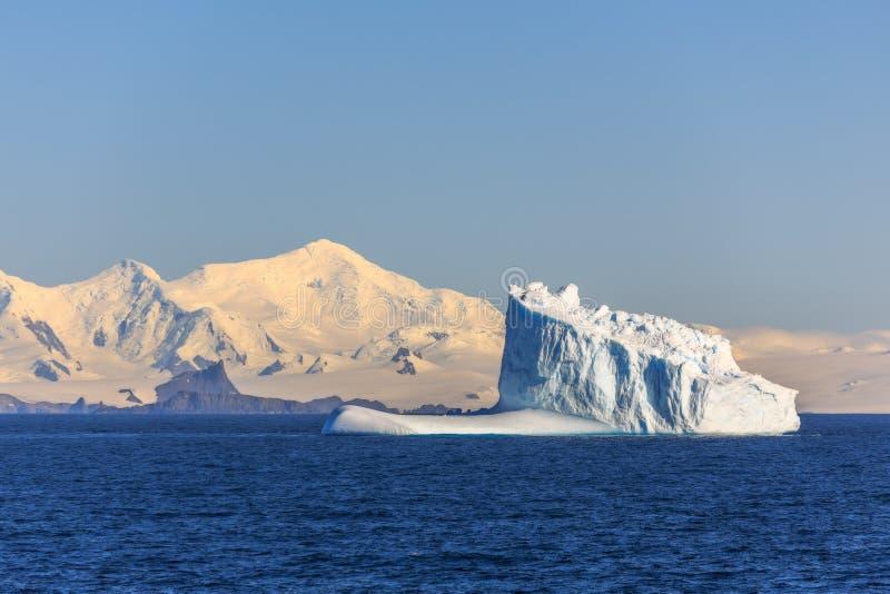 Iceberg bleu énorme dérivant à travers la mer au milieu de nulle part, Antarctique photographie stock