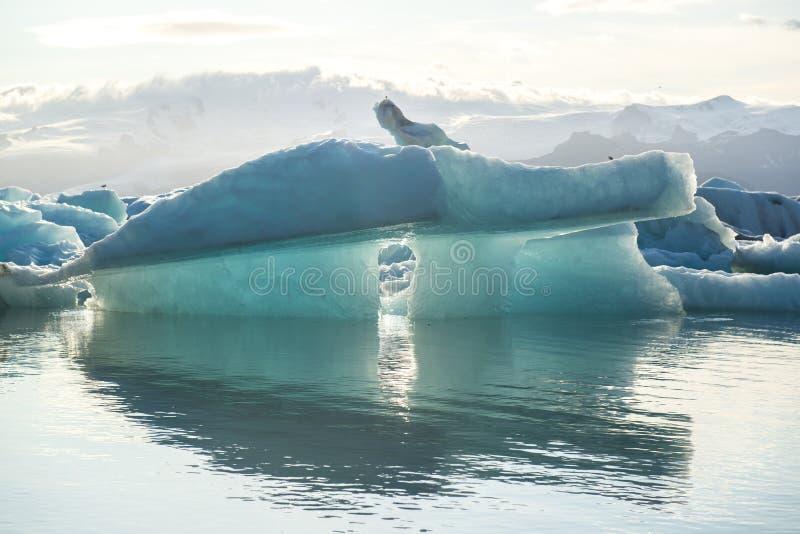 Iceberg bleu avec la réflexion à la lagune Jokulsarlon, Islande de glace photographie stock