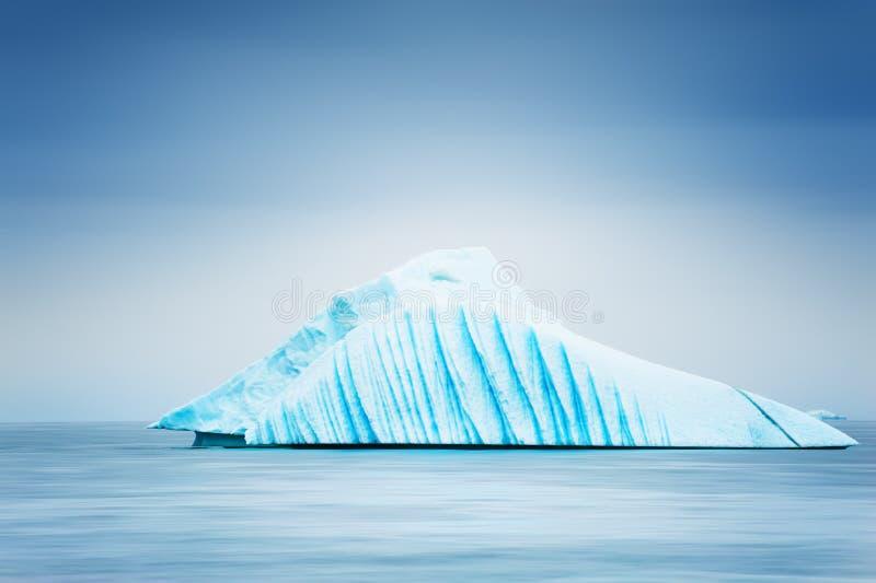 Iceberg blu nell'Oceano Atlantico in Groenlandia fotografia stock