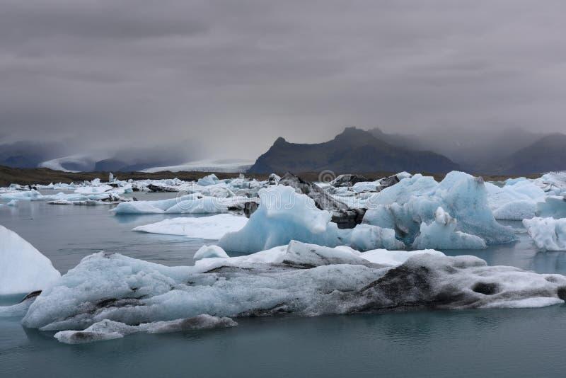 Iceberg blu nella laguna glaciale di Jokulsarlon, Islanda fotografie stock libere da diritti