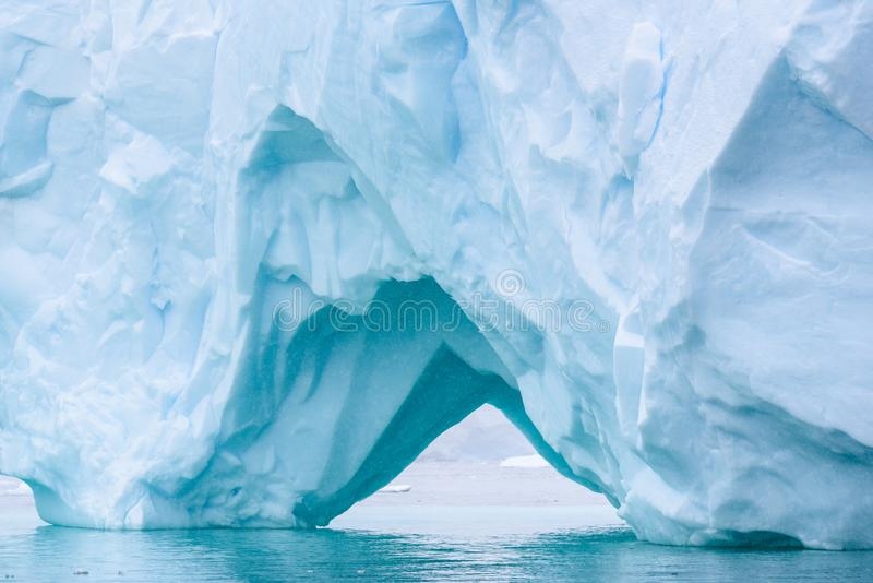 Iceberg bonito do azul de turquesa que flutua no ant?rtico, contra um fundo nevoento foto de stock