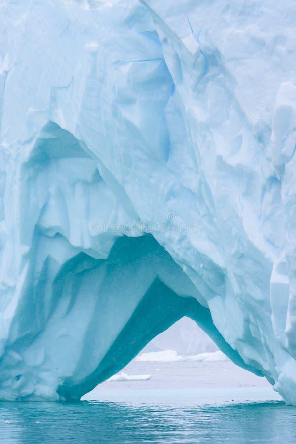 Iceberg bonito do azul de turquesa que flutua no ant?rtico, contra um fundo nevoento fotos de stock royalty free