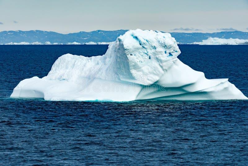 Iceberg colorido con la escarpa, Groenlandia foto de archivo