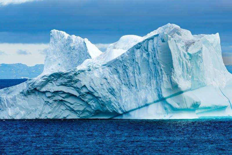 Iceberg colorido enorme con la escarpa, Groenlandia fotografía de archivo libre de regalías