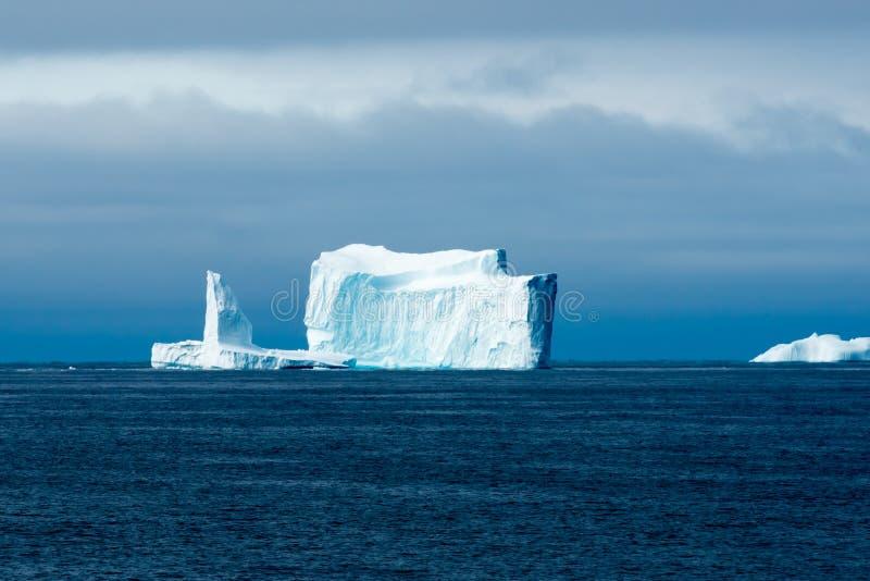Iceberg colorido enorme con la escarpa, Groenlandia imagenes de archivo