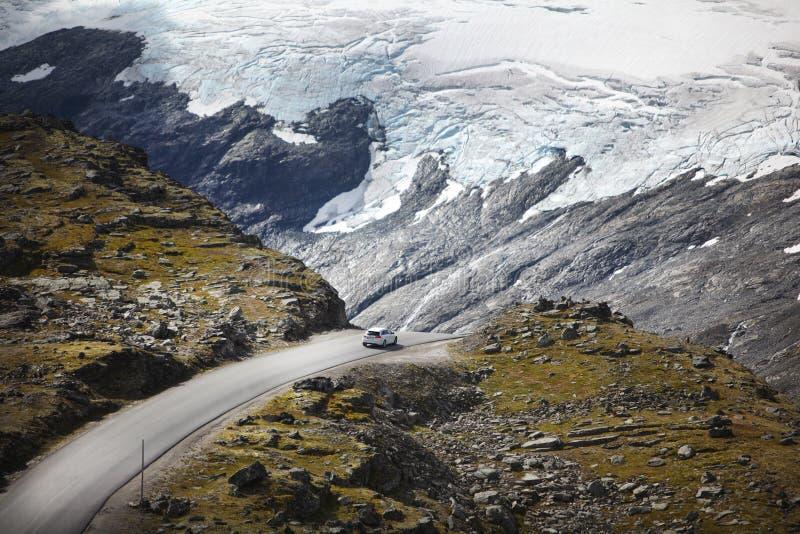 Iceberg com estrada da montanha e um carro imagem de stock royalty free