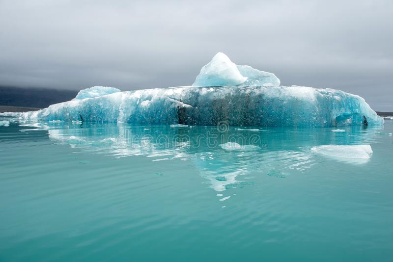 Iceberg de flutuação de derretimento em Jokulsarlon, Islândia foto de stock