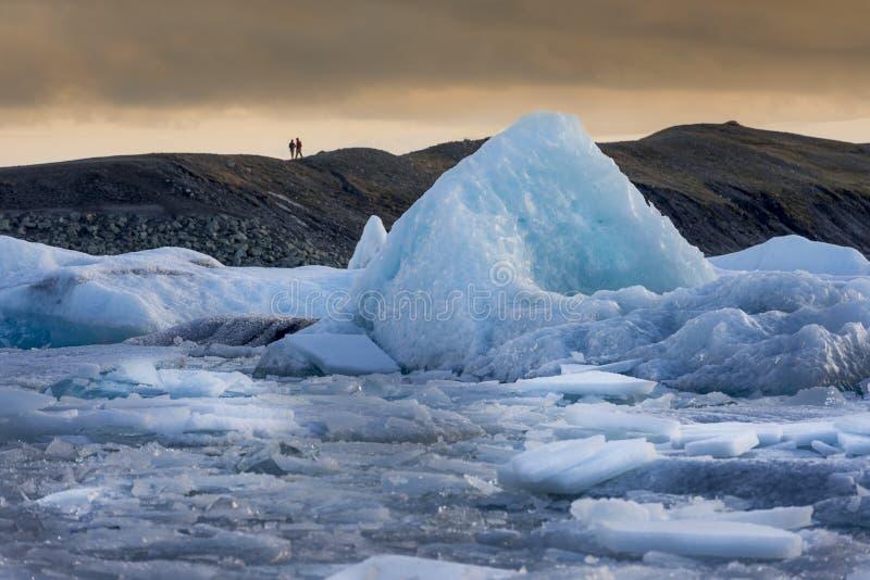Iceberg di galleggiamento al tramonto, laguna del ghiacciaio di Jökulsárlón, sud Islanda immagine stock