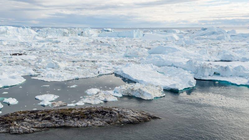 Iceberg e hielo del glaciar en paisaje ártico dramático de la naturaleza en Groenlandia imagen de archivo libre de regalías