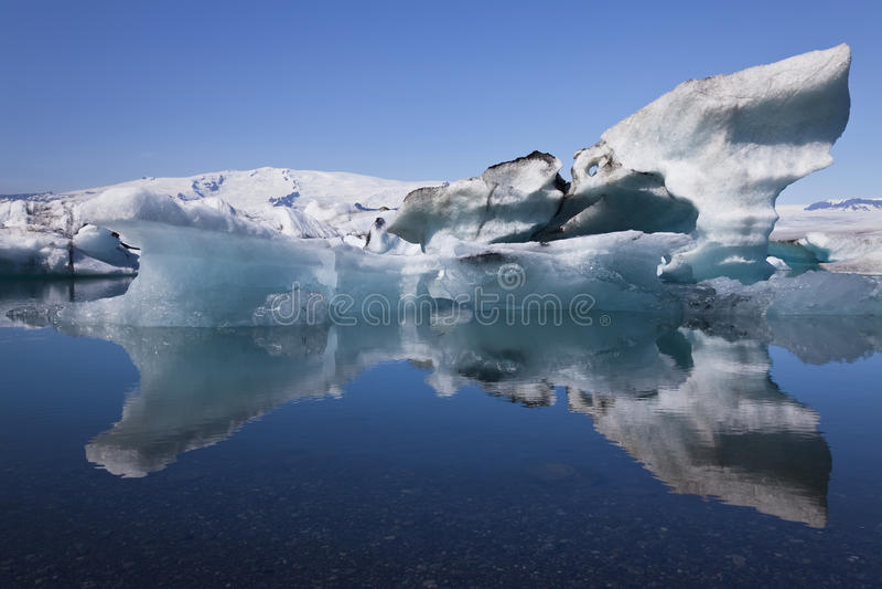 Iceberg e laguna di Jokulsarlon di riflessione, Islanda immagine stock libera da diritti