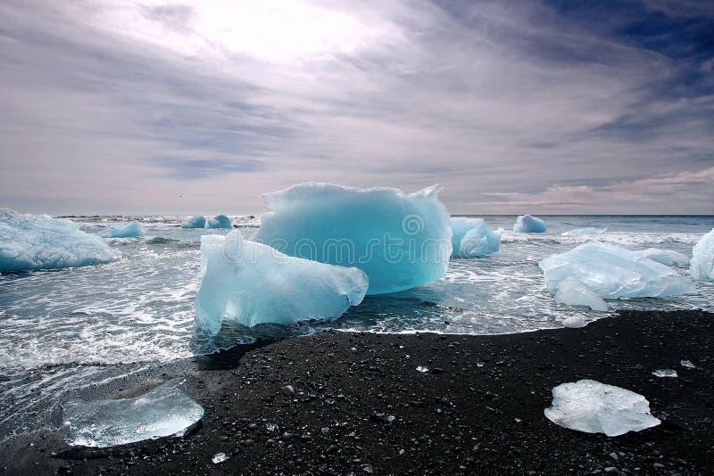 Iceberg em uma praia preta fotos de stock royalty free