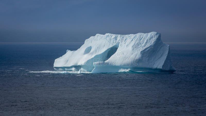 Iceberg en el Océano Atlántico imagenes de archivo