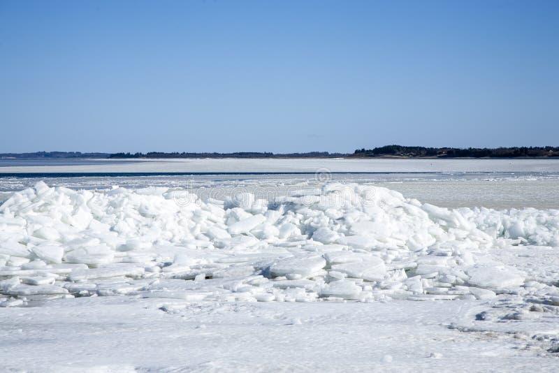 Iceberg en la costa con el cielo azul arriba foto de archivo