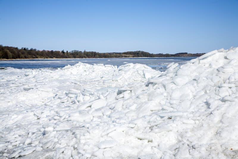 Iceberg en la costa con el cielo azul arriba foto de archivo libre de regalías