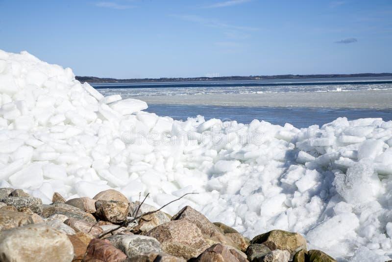 Iceberg en la costa con el cielo azul arriba imágenes de archivo libres de regalías
