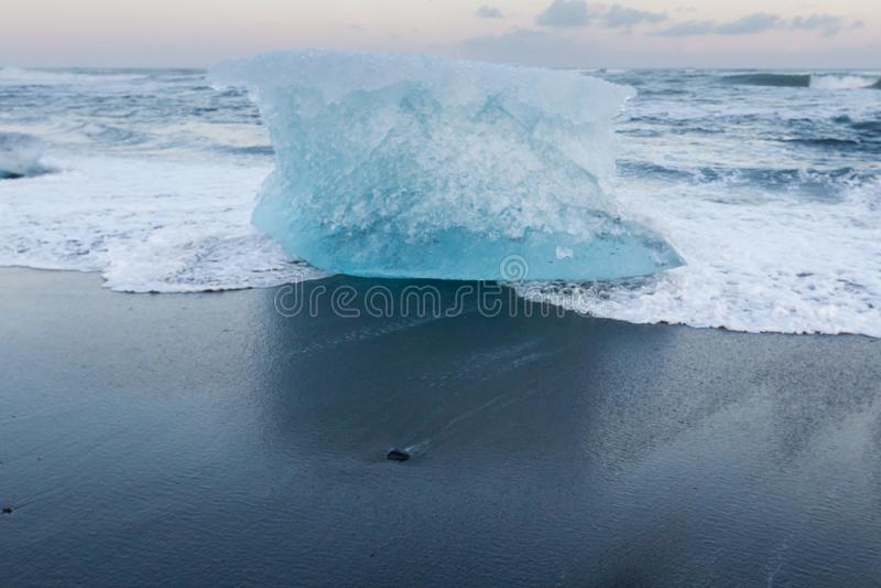 Iceberg en la playa negra de la arena sobre la playa del diamante de Jokulsarlon foto de archivo libre de regalías