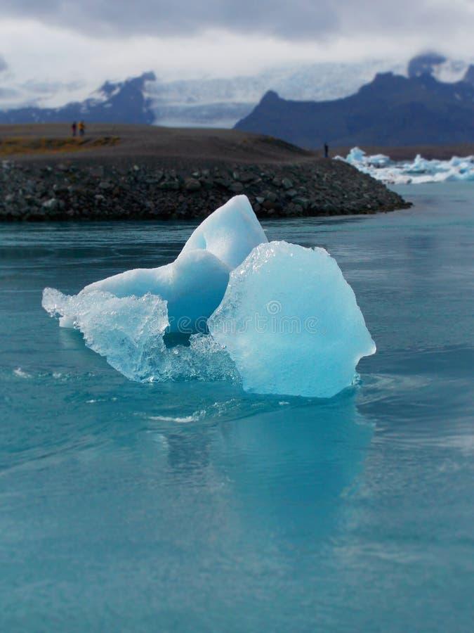 Iceberg entrant dans le ³ n de rlà de ¡ de jökulsà photos stock