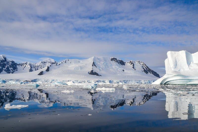 Iceberg et montagnes antarctiques photographie stock