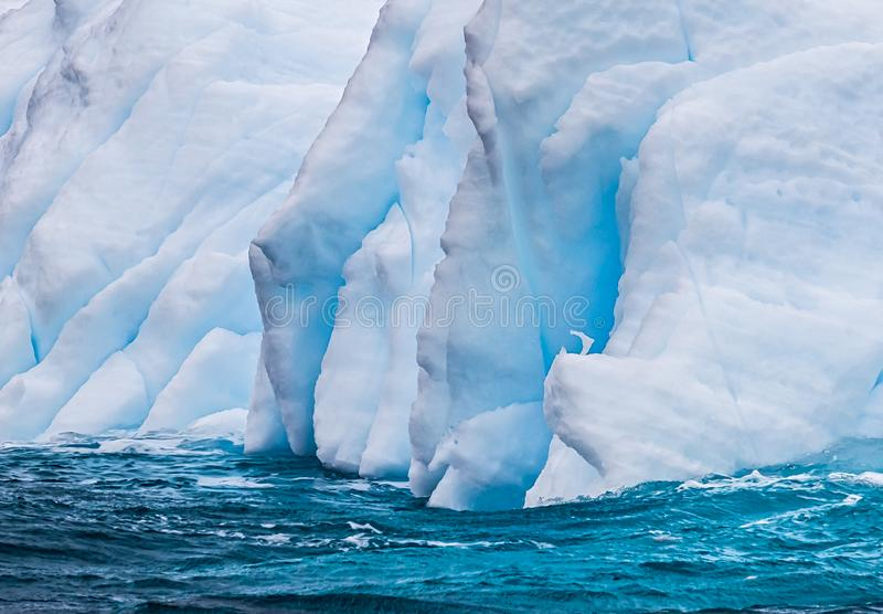 Iceberg flottant pr?s de l'Antarctique images libres de droits