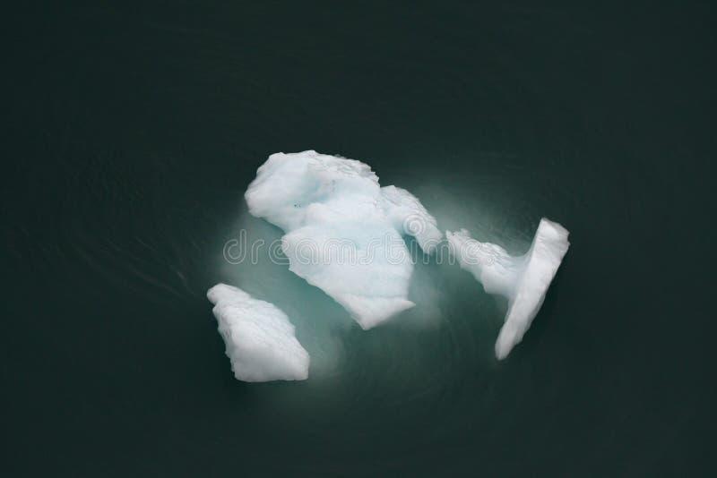 Iceberg glacial de la turquesa desde arriba imagen de archivo libre de regalías