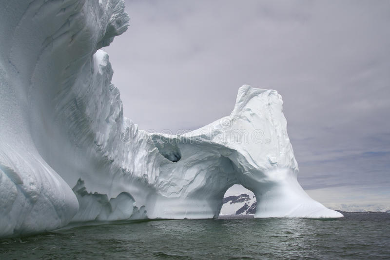 Iceberg grande con a través del arco en el antártico fotos de archivo libres de regalías