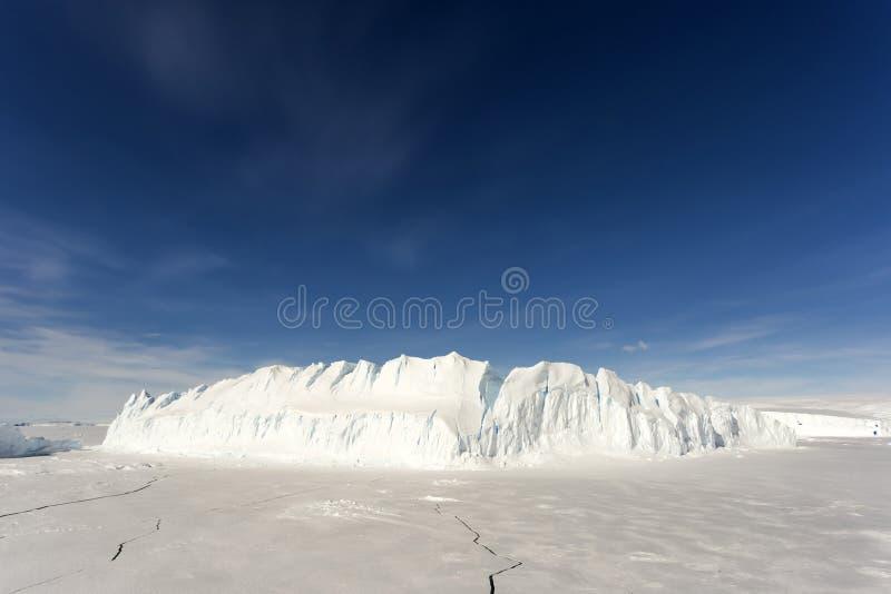 Iceberg grande en el antártico foto de archivo libre de regalías