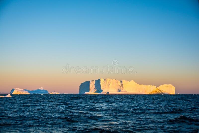 Iceberg grandes no nascer do sol A opinião de Gronelândia fotos de stock
