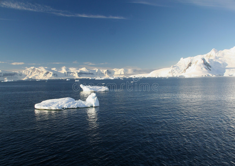 Iceberg, montanhas, espaço livre azul fotos de stock