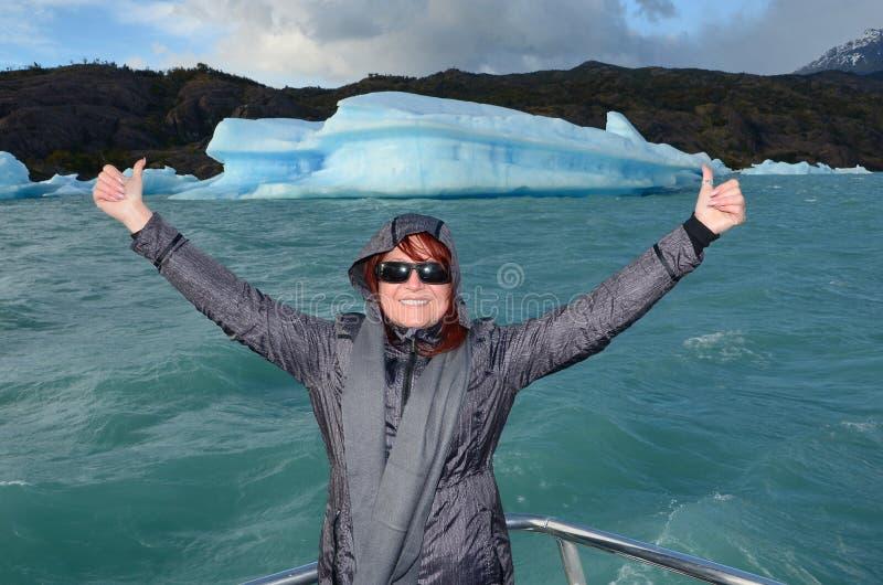 Iceberg nas águas leitosas do lago Argentino fotos de stock