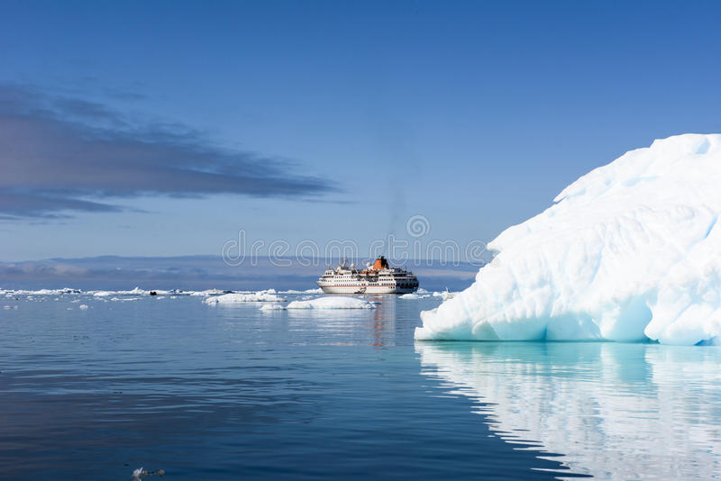 Iceberg, nave da crociera, Groenlandia fotografia stock