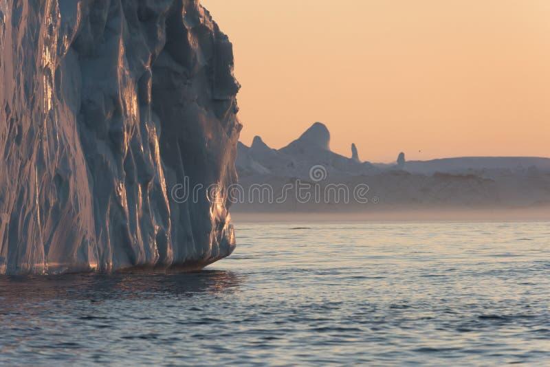 Iceberg nel sole di mezzanotte, Ilulissat, Groenlandia immagini stock