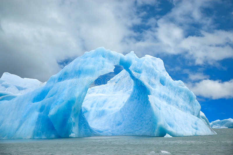 Iceberg que flota en el agua. imagen de archivo libre de regalías