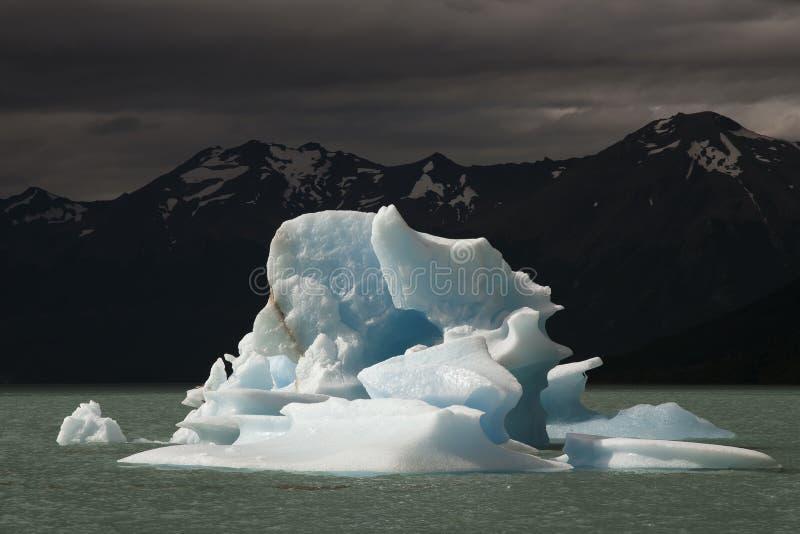 Iceberg que flota en el lago fotografía de archivo libre de regalías