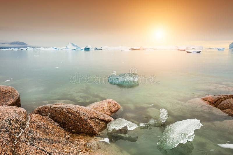 Iceberg sulla riva dell'Oceano Atlantico, Groenlandia occidentale fotografia stock libera da diritti