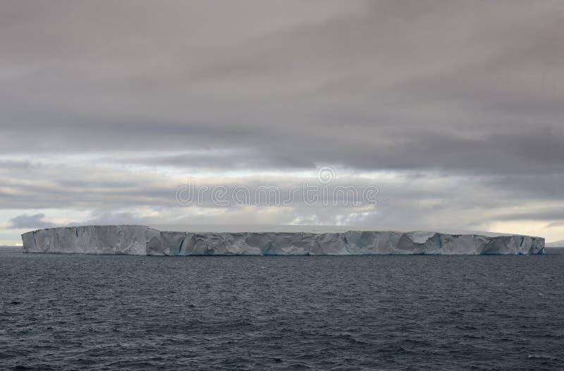 Iceberg tabulaire énorme flottant dans le détroit de Bransfield près de l'astuce du nord de la péninsule antarctique image stock