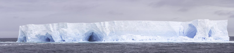 Iceberg tabulaire de panorama photographie stock