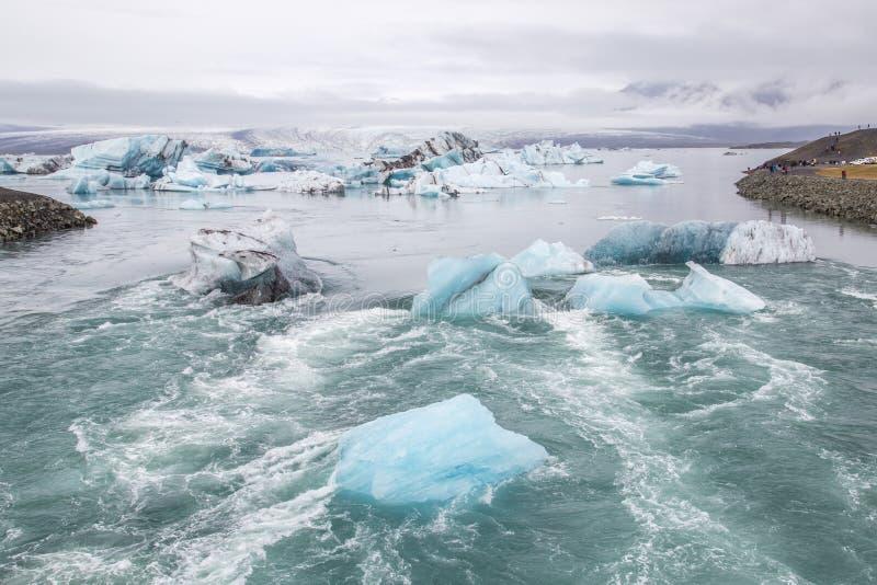 Icebergs éloignant du rivage à la mer à la lagune de glacier en Islande photo libre de droits