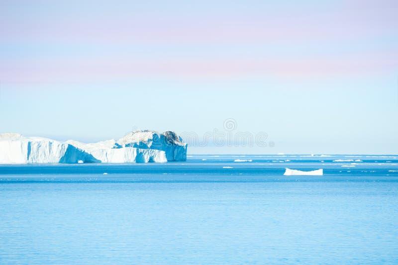 Icebergs azules grandes en el icefjord de Ilulissat, Groenlandia fotos de archivo libres de regalías