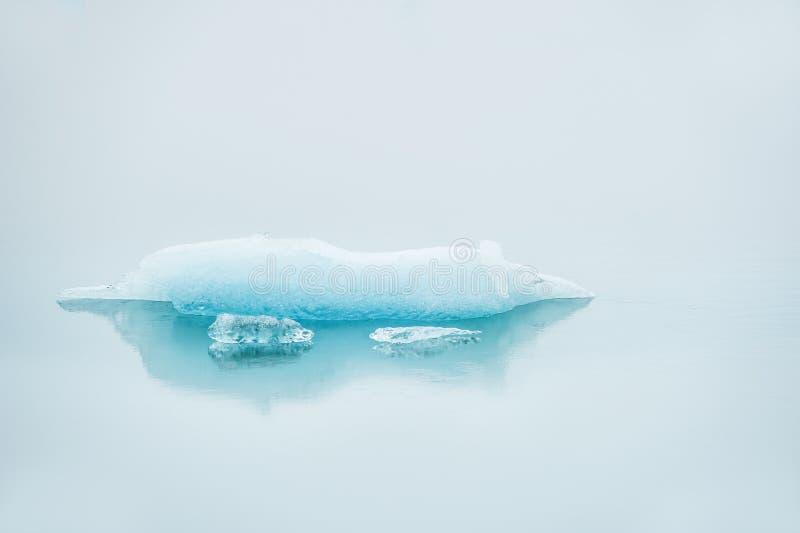 Icebergs dans l'eau avec la réflexion, brume de matin photo stock