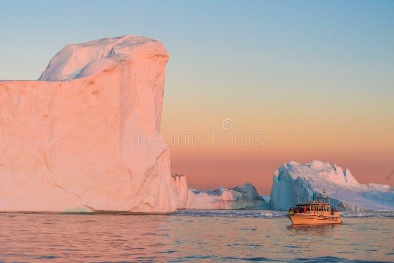 Icebergs dans le soleil de minuit, Ilulissat, Groenland photo libre de droits